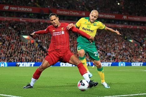 Teemu Pukki väänsi Valioliigan avausottelussa maailman parhaaksi pelaajaksi ehdolla olevan Liverpoolin Virgil van Dijkn kanssa.