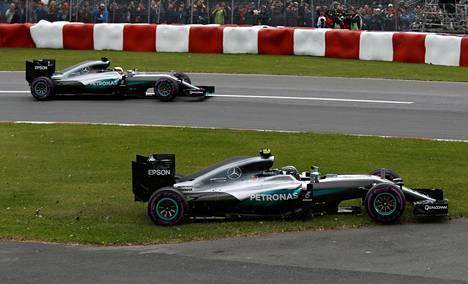 Nico Rosbergin kisa meni Itävallassa pilalle kolaroituaan Lewis Hamiltonin kanssa.