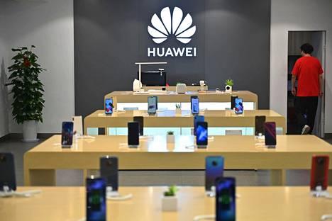 Älypuhelimia Huawein liikkeessä Shanghaissa Kiinassa toukokuussa 2019.