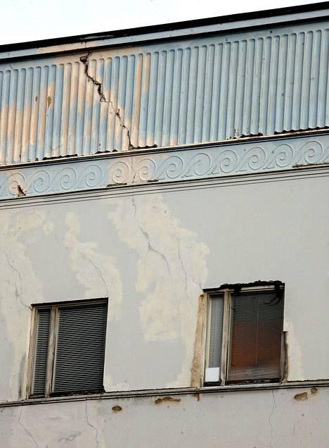 Kuva vuodelta 2006 näyttää, millaisia vaurioita talossa, esimerkiksi katonrajan vaaleansinisessä koristefriisissä oli.
