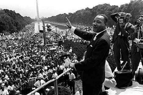 Pastori Martin Luther King tervehti kannattajiaan Washingtonissa mielenosoitusmarssin aikana elokuun 28. päivänä 1963.