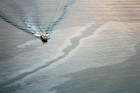 Rajavartiolaitos kuvasi sunnuntaina öljylauttoja ilmasta selittääkseen niiden alkulähdettä.