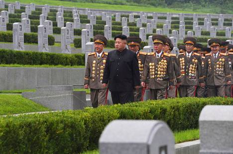 Pohjois-Koreaa vuodesta 2011 alkaen johtanut Kim Jong-un vieraili pohjoiskorealaisten sotilaiden hautausmaalla aselevon 64-vuotispäivänä heinäkuussa 2017.