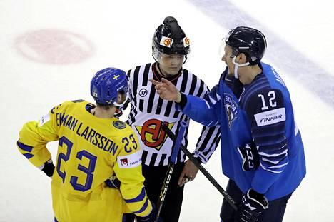 Oliver Ekman-Larsson ja Marko Anttila joutuivat välillä keskustelemaan erotuomarin kanssa.