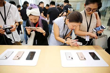 Asiakkaat tutustuivat Applen puhelimiin Shanghaissa syyskuussa.