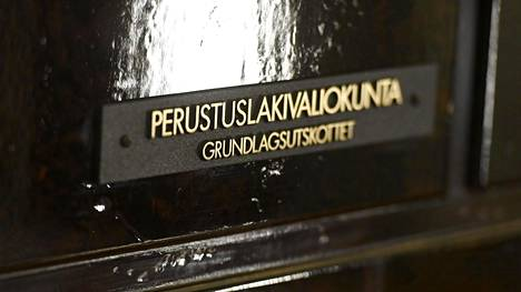 Perustuslakivaliokunnan ovi eduskunnassa Helsingissä 28. helmikuuta.