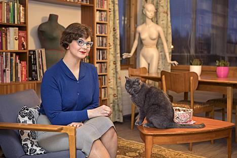 Jyväskyläläinen Mirjami Enckell, 28, sanoo, että vintagessa viehättää sen esteettisyys ja naisellisuus. Hän on kissaihminen, ja häneen lempinimensäkin on Mirri. Enckellin harmaa Oliver-kissa on 7-vuotias.