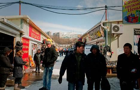 Venäläiskaupunki Vladivostokin torilla myytiin kiinalaisia tuotteita. Kiinalaistavaran tuominen Venäjälle on helppoa, sillä viisumia ei tarvita ja raja on lähellä.