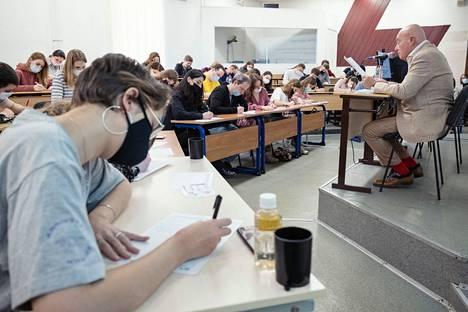 Toimittaja Vladimir Pozner luki tämän vuoden tekstiä suuressa Totalnyi diktant -sanelutapahtumassa Talouskorkeakoulun salissa Moskovan keskustassa.