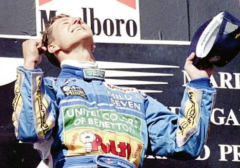 Michael Schumacher vuoden 1994 Unkarin F1-kilpailun palkintopallilla kisan voittajana.