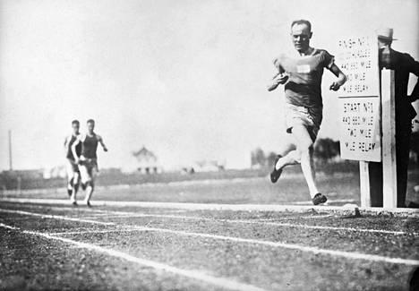 Paavo Nurmi juoksi Yhdysvalloissa vuonna 1925 ja oli palata sinne vuonna 1927. Kuva on Dallasista juostusta kilpailusta. Kuva ei ole kirjan kuvitusta.