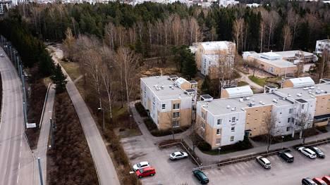 Helsingin kaupunkiympäristölautakunta käsittelee tiistaina Meri-Rastilan itäosan uutta asemakaavaa, joka mahdollistaisi 2 000 uuden asunnon rakentamisen alueelle. Kuvassa näkyvät Halkaisijantien talot purettaisiin ja niiden tilalle ja viereen Pohjavedenpuistoon rakennettaisiin suuri osa uusista asunnoista.