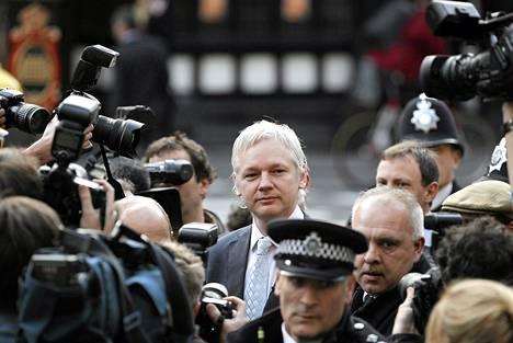Julian Assange saapui Lontoon korkeimpaan oikeuteen marraskuun alussa. Oikeus päätti Assangen luovuttamisesta Ruotsiin.