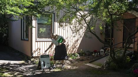 Kiinteistönvälittäjä Minna Uunimäki (oik.)  esitteli erillistaloa helsinkiläiselle Pinja Kuusen aholle Tapaninvainiossa. Uunimäen mukaan hyväkuntoiset pientalot menevät nyt nopeasti.