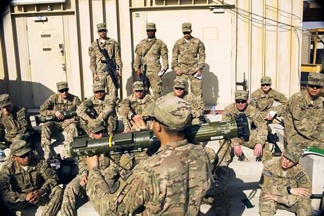 Yhdysvaltalaissotilaat saivat opastusta raketinheittimen käyttöön Afganistanissa joulukuussa 2014.