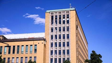 80 vuotta vanhan Postitalon ikkunat ovat tulleet tiensä päähän.