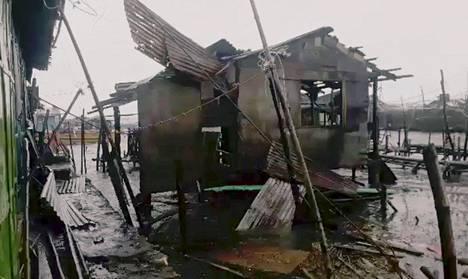 Tuhoutuneita asuintaloja Bolinaossa Filippiineillä lauantaina.