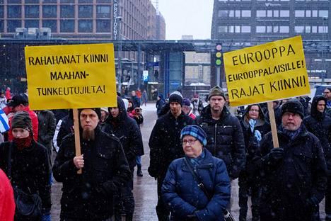 Rajat kiinni -mielenosoitus Narinkkatorilla vuonna 2016.
