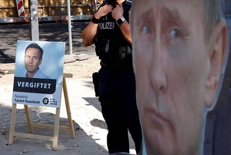 Venäjän suurlähetystön eteen Berliinissä oli pystytetty oppositiojohtaja Aleksei Navalnyin ja presidentti Vladimir Putinin kuvat syyskuun lopulla. Navalnyin kyltissä lukee: Myrkytetty.
