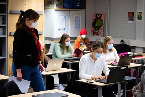 Yläasteen oppilaat ovat käyttäneet maskia jo monta kuukautta. Vartiokylän yläasteen opettaja Hannamaija Arjovuo opettaa Vanamo Vormalaa, Vertti Lempiötä, Lilli Lehtoa ja Emma Parosta.