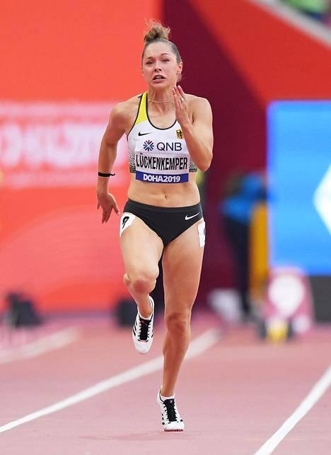 Gina Lückenkemper karsiutui 100 metrin välierissä.