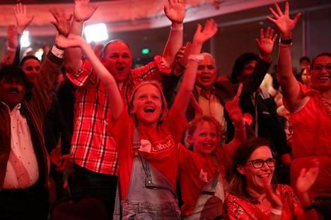 Työväenpuolueen kannattajat seurasivat vaalitulosten julkistamista Aucklandissa lauantaina.