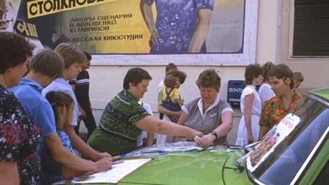 Arpajaislippujen myyntiä kadulla Moskovassa 1985.