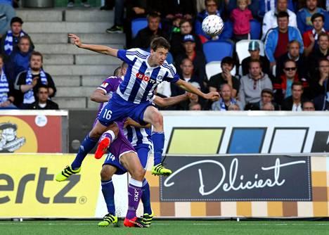 Aapo Halme näytti pääpelitaitojaan HJK:n Eurooppa-liigan karsintaottelussa IFK Göteborgia vastaan Töölön jalkapallostadionilla.
