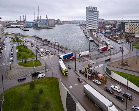 Jätkäsaarenlaiturin ja Hietalahdenrannan risteys tukkeutuu päivittäin autolauttojen saapumisen jälkeen.