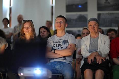 Yleisö seurasi Denis Platonihinin ohjaamaa maatalousdokumenttia Nikolai ja arbuusitaivas museosaaren vanhan vesisäiliön alakerrassa.