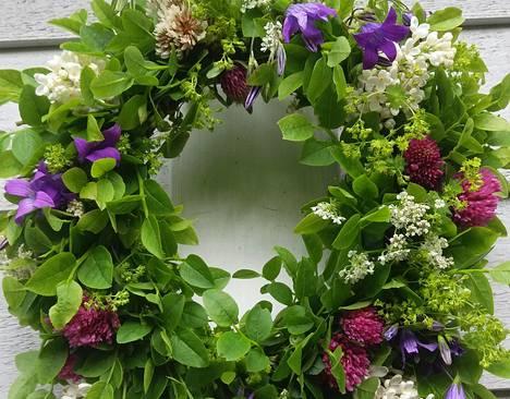 Helena Solasaaren valmistama seitsemän kukan seppele koristi ensin ovea ja sitten kahvipöytää juhannuksena viime vuonna.