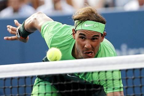 Espanjan Rafael Nadal syöksyi verkolle palauttaakseen pallon Argentiinan  Diego Schwartzmanille keskiviikkoisessa tennisottelussa New Yorkissa.