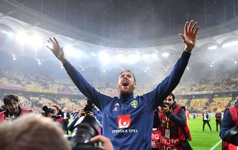 Ruotsin keskikenttäpelaaja Gustav Svensson juhli Ruotsin selviytymistä ensi kesän EM-lopputurnaukseen.