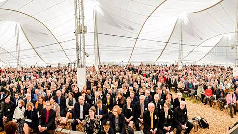 Yleisö seurasi Suviseurojen avajaisia Muhoksella perjantaina.