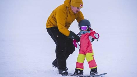 Stella Valonen (oik.) otti tuntumaa lumilautailuun isänsä Rami Valosen avustuksella Ylläksen Äkäslompolossa keskiviikkona.