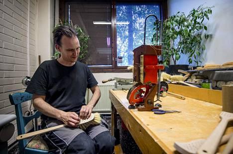 """Nika Fennander vaihtoi rottinkituotteet pari vuotta sitten harjoihin ja erilaisiin lemmikkituotteisiin. """"Tykkään valmistaa tuotteita luonnonmateriaaleista, aidosta nahasta, puusta ja villasta"""", hän sanoo."""