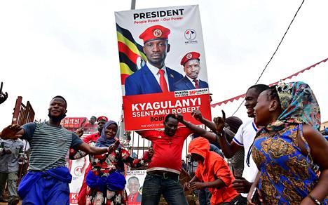 Bobi Winen eli Robert Kyagulanyin kannattajat tanssivat kadulla Kampalassa tiistaina.