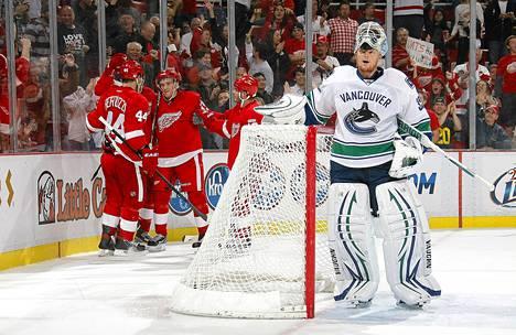 Vancouver Canucksin maalivahti Cory Schneider noijaili maaliin Detroitin pelaajien onnitellessa Valtteri Filppulaa maalista torstaina Detroitissa.