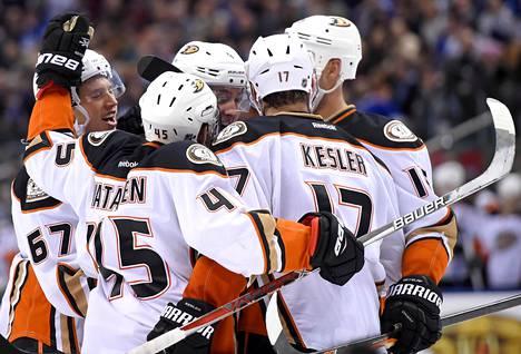 Anaheim Ducksin puolustaja Cam Fowler (4) juhli ylivoimamaaliaan 3–2-voitto-ottelussa Torontosta.