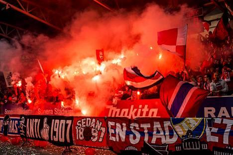 HIFK:n kannattajat pääsevät kannustamaan omiaan keskiviikkona, kun jalkapallon Veikkausliiga alkaa. Kuva Stadin derbystä heinäkuulta 2015.