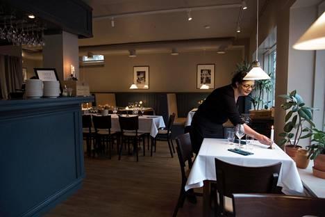 Pikku Hukan ravintolasali on remontoitu uuteen uskoon. Toinen ravintoloitsijoista Hanna Paksula palveli salissa.