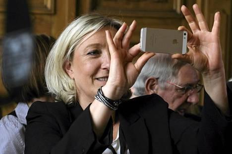 Marine Le Pen kuvasi puhelimellaan puolueensa vaalitilaisuudessa Henin-Beaumontissa Ranskan pohjoisosassa sunnuntaina.