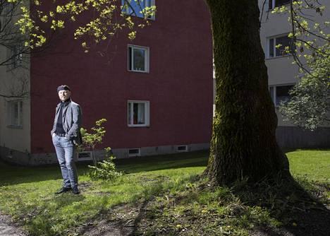 Tampereen yliopistossa asuntosuunnittelun tutkijatohtorina työskentelevä Jyrki Tarpio ihailee Käpylän 1950-luvulla rakennettuja kerrostaloasuntoja.