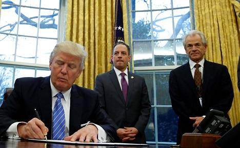 Peter Navarro (oik.) kuvattiin presidentti Donald Trumpin ja Valkoisen talon tuolloisen kansliapäällikön Reince Priebusin kanssa 2017.