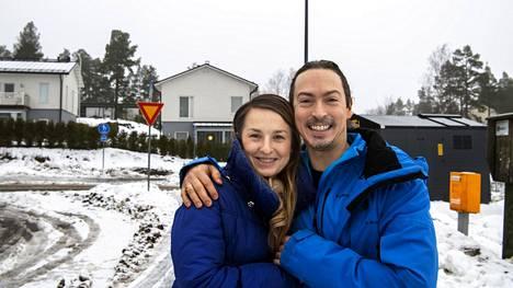 """Rafael ja Monika Popper muuttivat alun perin alueelle kansainvälisen koulun perässä. Heistä Henttaa on kuin """"taianomainen keidas"""", jossa naapurit auttavat toisiaan."""