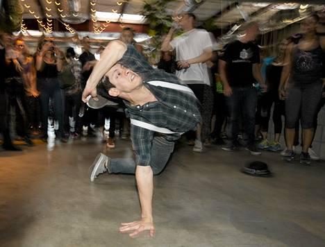Mike Rebong tanssi keskiviikkona alkoholittomissa aamutansseissa Los Angelesissa.