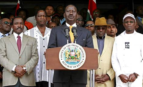 Kenian pääministeri Raila Odinga (kesk.) piti tiedotustilaisuuden Nairobissa lauantaina.