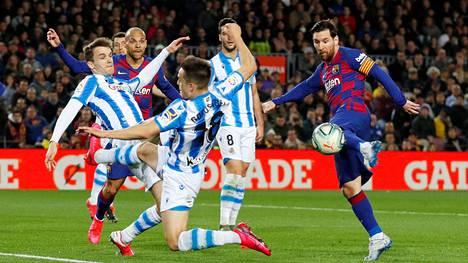 Lionel Messin (oik.) Barcelona johtaa La Ligaa, kun sarja jatkuu koronatauon jälkeen. FC Barcelona ja Real Sociedad kohtasivat 7. maaliskuuta 2020.