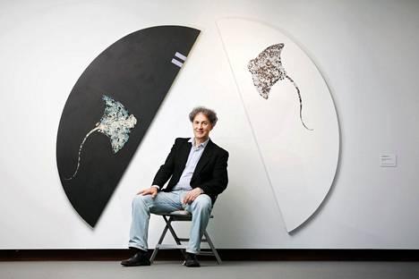 Taiteilija Osmo Rauhala juhlanäyttelyssään Didrichsenin taidemuseossa.