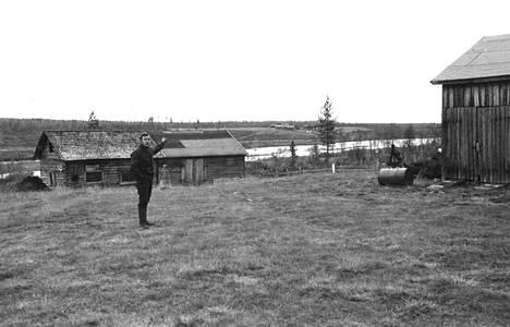 """""""Ikäni mie olen tässä asunu. Kotipaikka on tuossa Kitisen takana"""", osoittaa Väinö Ukkola. Vuoden päästä tällä kohdalla on vettä kymmeniä metrejä."""